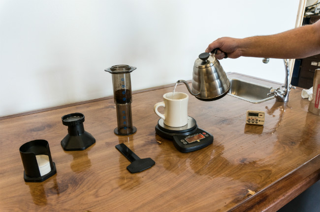 aeropress-setup-pour-water-in-mug