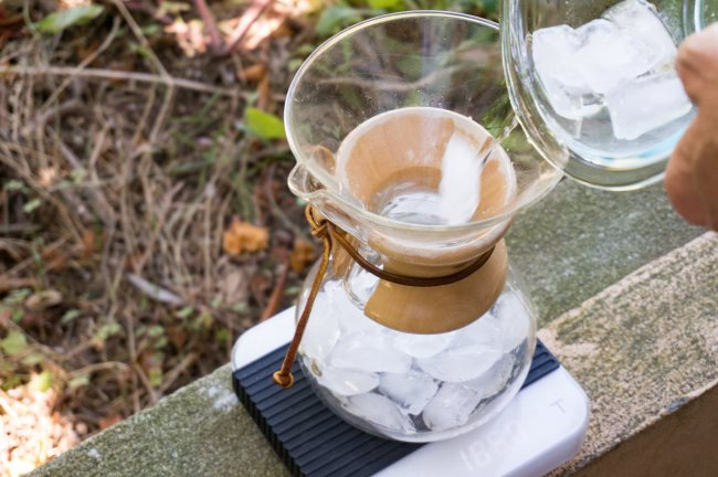 add ice cubes to chemex coffee brewer