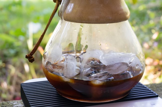 iced chemex coffee brewing
