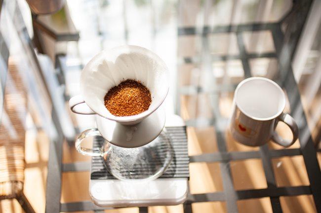 v60 coffee add grounds